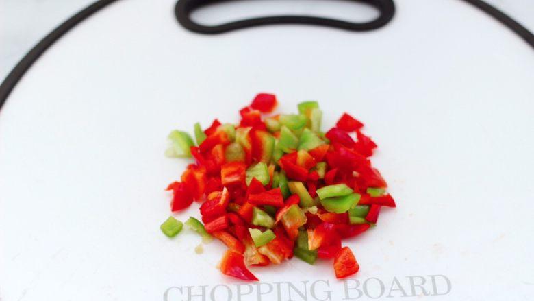 蛋挞火腿时蔬小披萨,把<a style='color:red;display:inline-block;' href='/shicai/ 3554'>彩椒</a>洗净后用刀切成小粒。