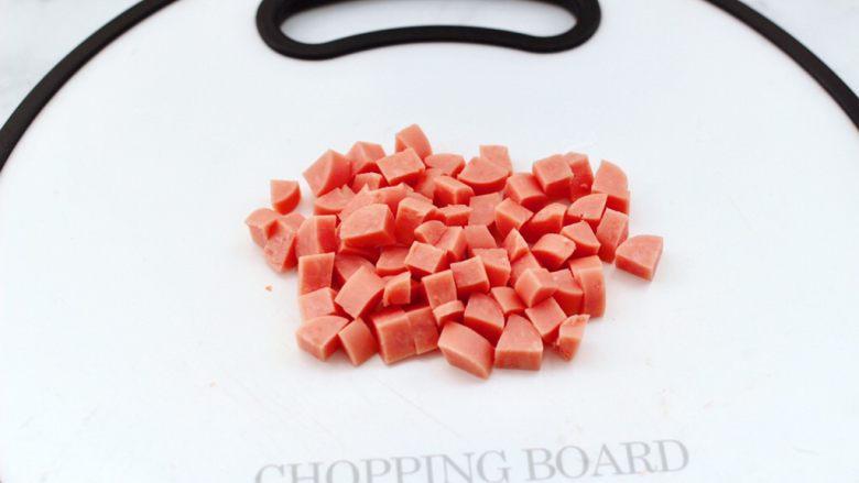 蛋挞火腿时蔬小披萨,<a style='color:red;display:inline-block;' href='/shicai/ 437'>火腿肠</a>去外皮,用刀切成小丁。