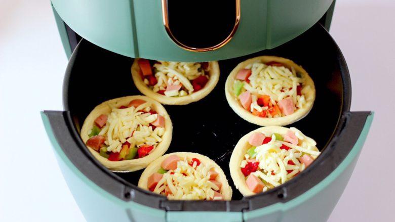 蛋挞火腿时蔬小披萨,再放入炸锅中。