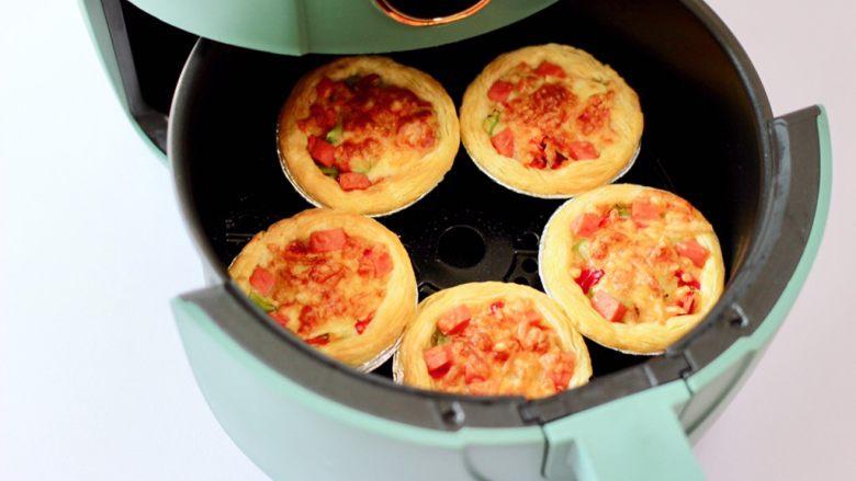 蛋挞火腿时蔬小披萨,时间到出锅咯。
