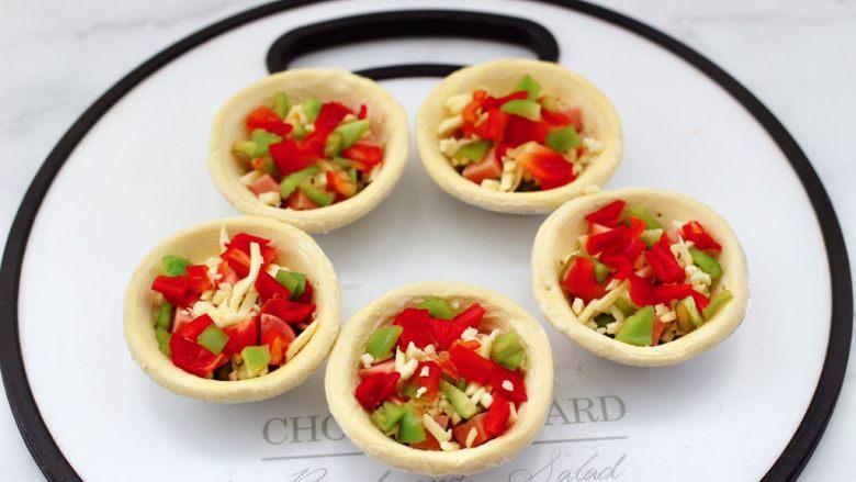 蛋挞火腿时蔬小披萨,放入切粒的彩椒。