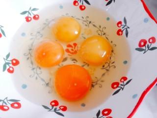 腊肠蒸蛋,准备四个鸡蛋打入碗中