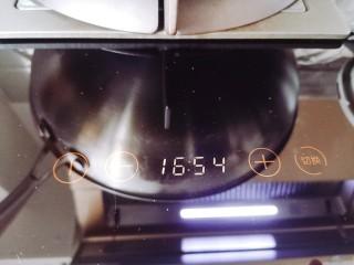 腊肠蒸蛋,盖上盖子,蒸15~18分钟