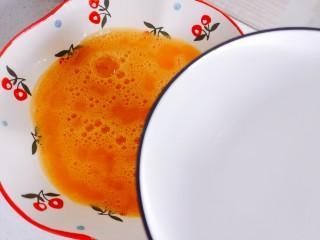腊肠蒸蛋,搅拌后,加一碗温水继续搅拌均匀