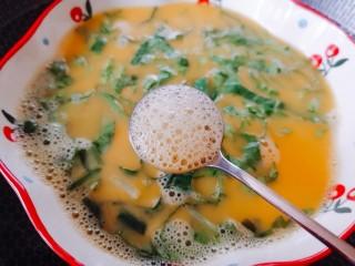 腊肠蒸蛋,用勺子撇去浮沫