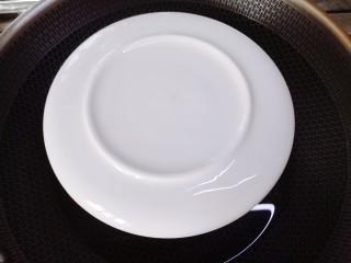 腊肠蒸蛋,用盘子盖上,蒸锅中在碗上面适量加冷水,放一个蒸架,将盛有鸡蛋液的碗放在蒸架上