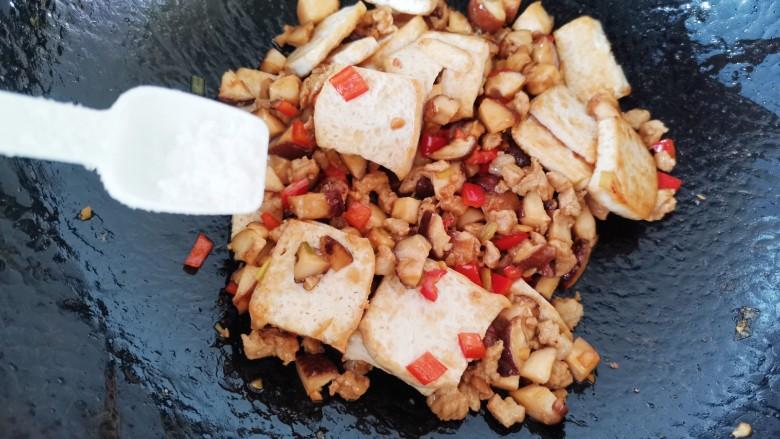香菇肉末豆腐,加入盐翻炒片刻