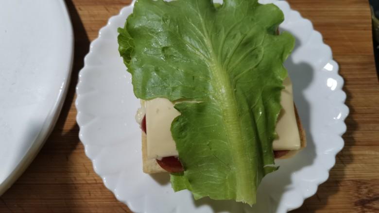 芝士火腿三明治,放上生菜,或者自己喜欢的食材。