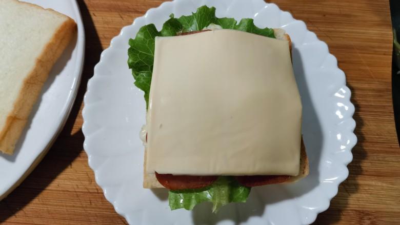 芝士火腿三明治,发上一片芝士。