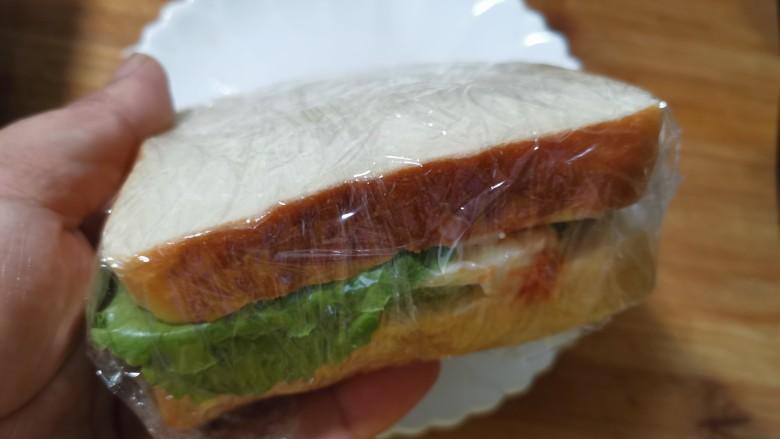 芝士火腿三明治,用保鲜膜包裹起来。