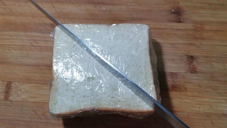 芝士火腿三明治,用刀斜着切成三角形。