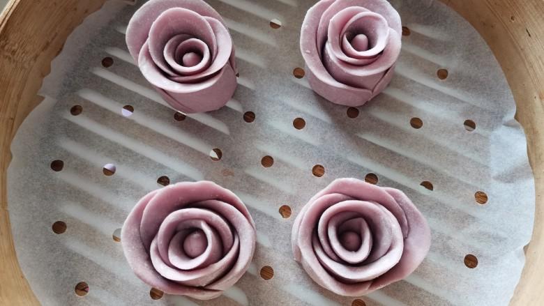 紫薯玫瑰花馒头,入蒸笼中发酵。