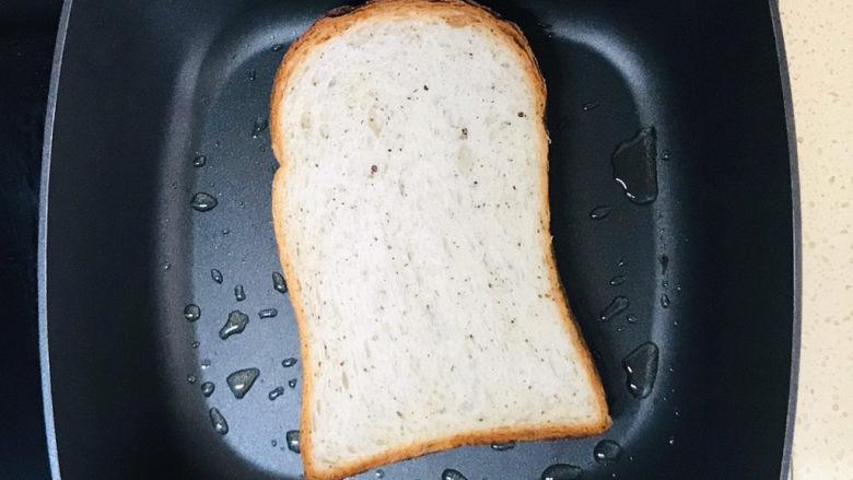 芝士火腿三明治,码放进吐司,转小火,煎一下