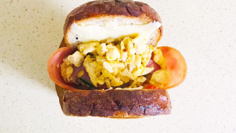 芝士火腿三明治,将剩余一片火腿片撕开,装进去,再将剩余的厚蛋烧全部装入口袋中