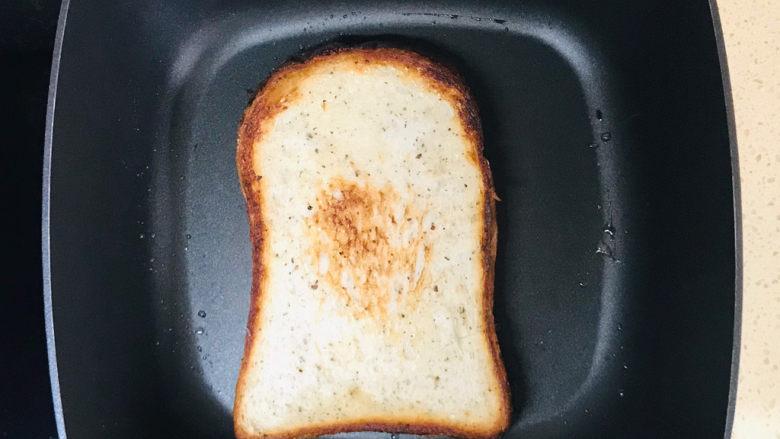 芝士火腿三明治,两面煎至金黄色即可