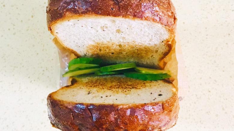 芝士火腿三明治,黄瓜片压在下面,起到支撑作用