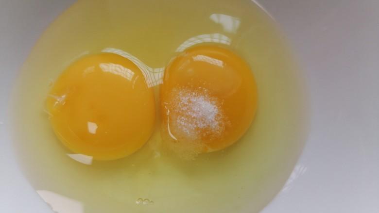 腊肠蒸蛋,加入一勺盐调味