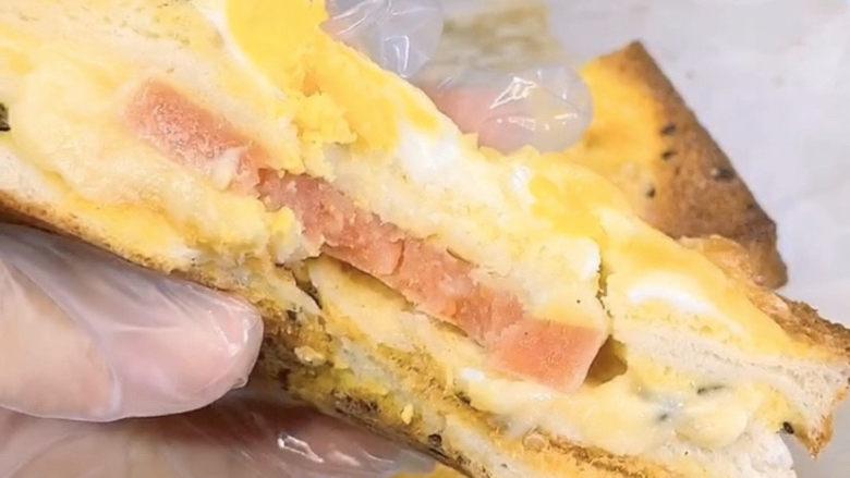 芝士火腿三明治,来一口,嗯,香