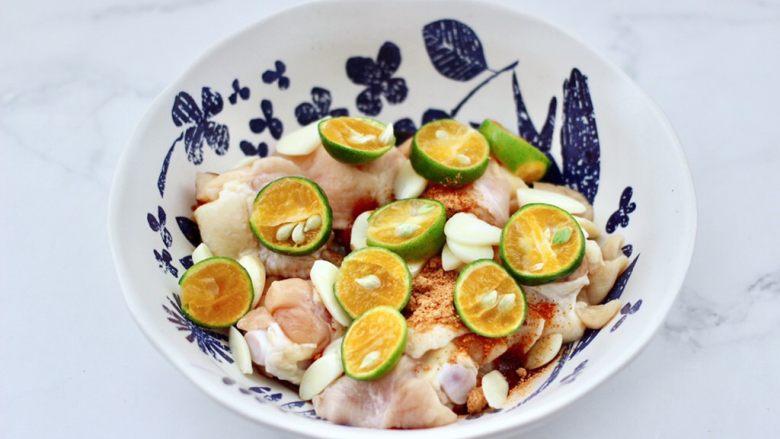 蒜香青柠鸡翅根,再放入大蒜片和青柠檬片。