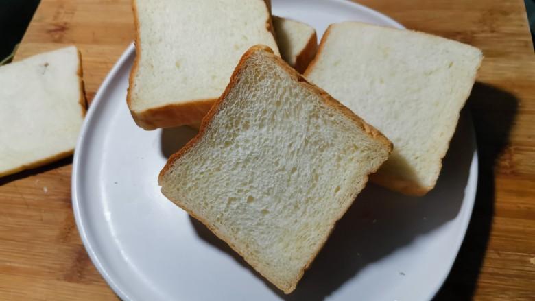 芝士火腿三明治,烤出来的吐司外表酥脆里面很柔软。