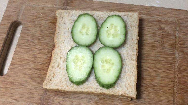 芝士火腿三明治,摆放黄瓜片,生菜叶也可以哦