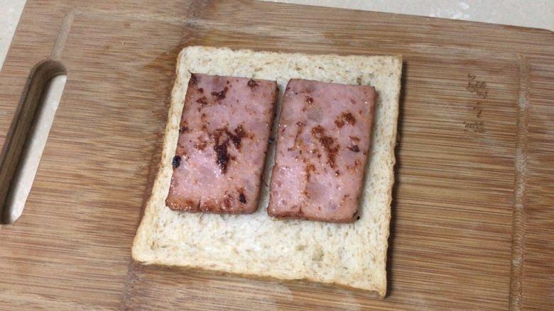 芝士火腿三明治,煎好的火腿放在全麦吐司片上