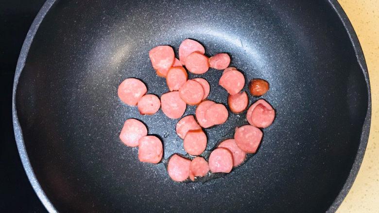 西葫芦炒火腿,投入香肠煸炒出香味