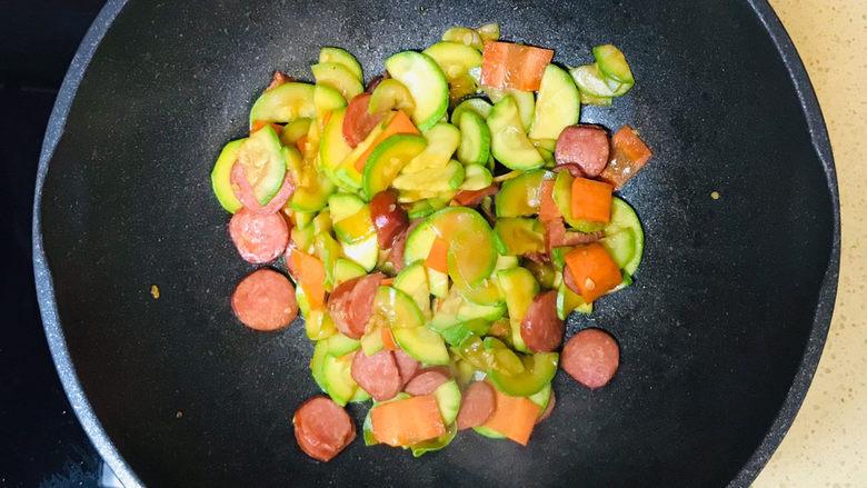 西葫芦炒火腿,一道美味的西葫芦炒香肠就做好了