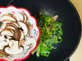 香菇炒肉片,投入香菇,一起翻炒