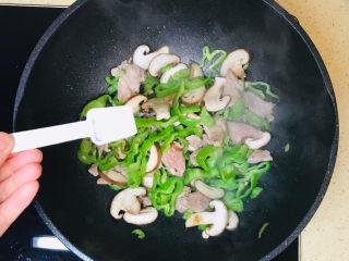 香菇炒肉片,一直翻炒至辣椒恹恹,撒上盐调味