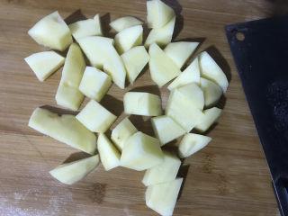 鸡腿炖土豆,土豆削皮洗干净切块备用