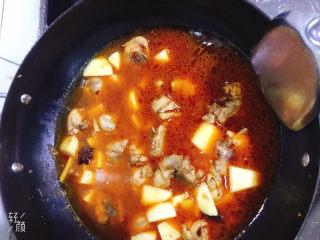 鸡腿炖土豆,加入适量清水盖上锅盖中火炖15分钟