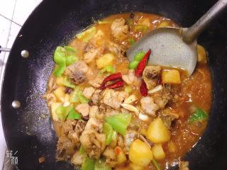 鸡腿炖土豆,加入几个干辣椒点赞