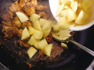 鸡腿炖土豆,加入土豆块翻炒