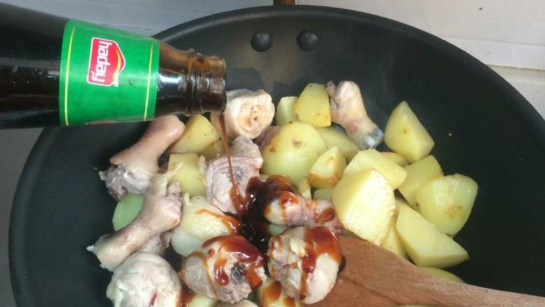 鸡腿炖土豆,加耗油,翻炒均匀