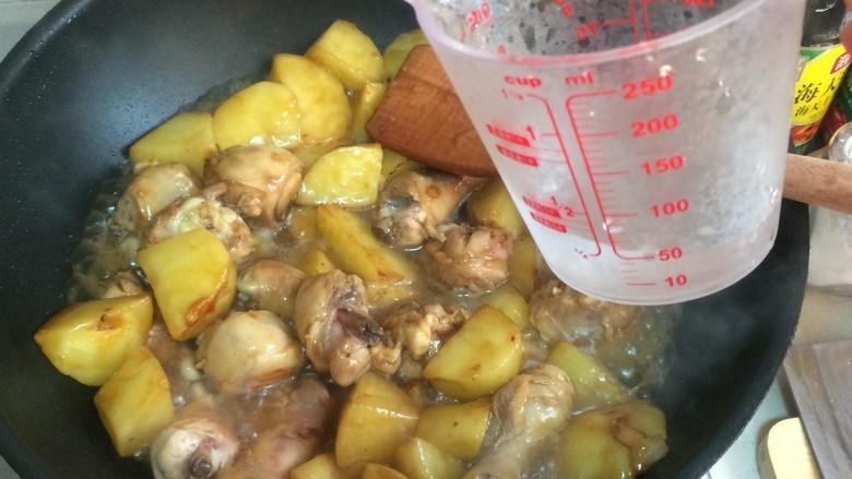 鸡腿炖土豆,加水,不需要没过食材