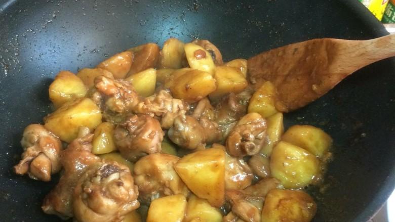 鸡腿炖土豆,大火收汁,记住不断翻炒,防止变焦