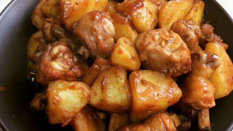 鸡腿炖土豆,出锅啦,撒上点葱花点缀更好看哦(家里的葱跟香菜都用完了,就没放)