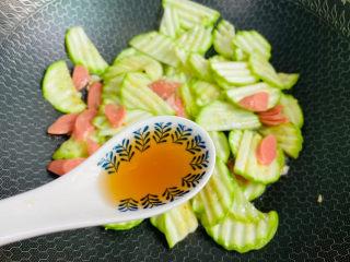 西葫芦炒火腿,烹入料酒提香