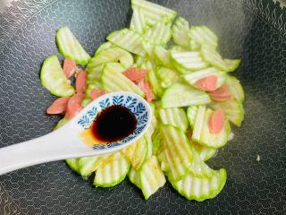 西葫芦炒火腿,适量的生抽炒匀
