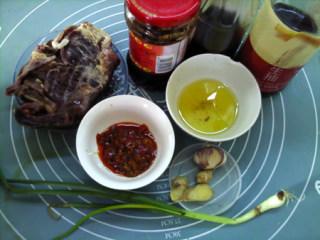 香菇牛肉酱,用料:牛肉200克,香菇4朵,葱5克,食用油3大勺,姜5克,料酒1小勺,生抽2大勺,豆瓣酱2大勺,老干妈豆豉酱2大勺,蒜5克