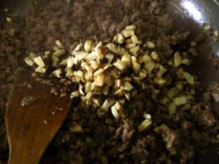 香菇牛肉酱,加入香菇,翻炒均匀。