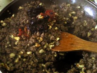 香菇牛肉酱,加入豆瓣酱和豆豉酱,炒香。