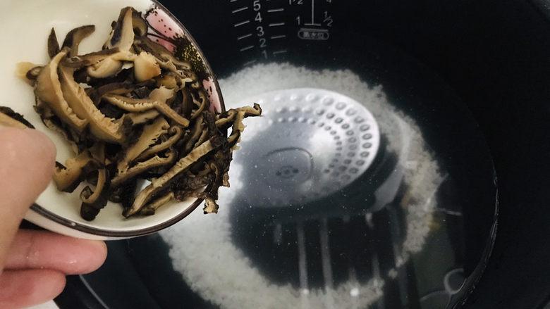 香菇滑鸡粥,切好的香菇片倒入电饭锅内胆,跟大米一起预约熬成明早要用的粥底;