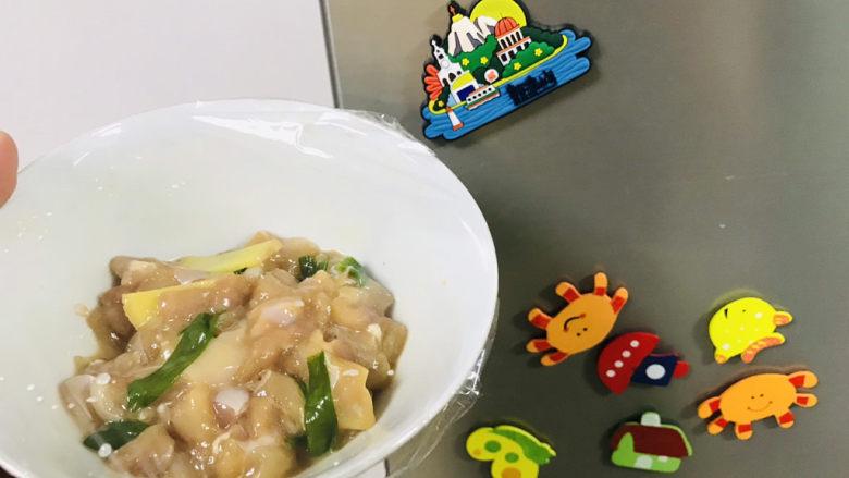 香菇滑鸡粥,放入冰箱冷藏腌制一晚上;