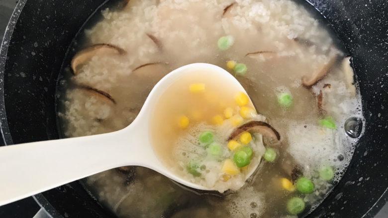 香菇滑鸡粥,加入到香菇粥底中小火熬煮3-5分钟;