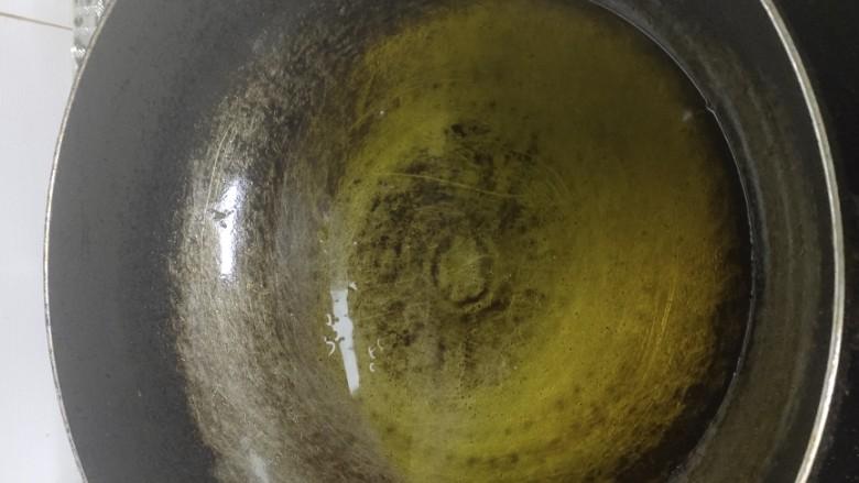 西葫芦炒火腿,锅中倒入适量的菜籽油