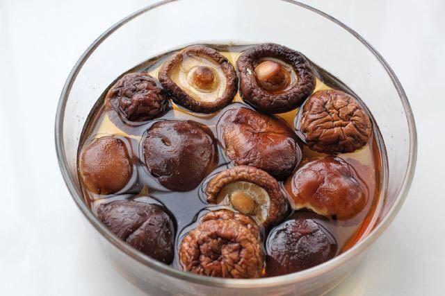 香菇炒肉片,<a style='color:red;display:inline-block;' href='/shicai/ 241'>干香菇</a>提前用常温水泡发,如果时间比较紧可以用温水泡香菇,但千万别用开水,会造成营养成分流失。