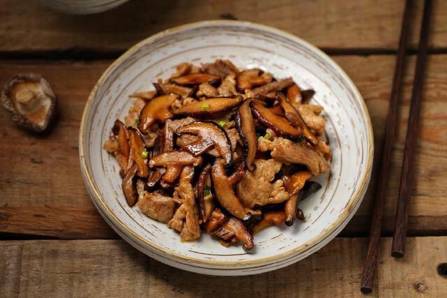 香菇炒肉片,一道营养美味的香菇炒肉片就完成了,鲜香浓郁真好吃!