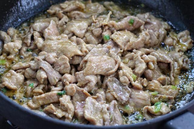 香菇炒肉片,接着放入腌制好的肉片炒至发白断生状态,盛出备用。